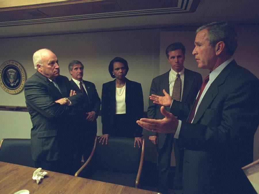 Il presidente degli Stati Uniti George Bush (a destra) insieme al vicepresidente Dick Cheney (a sinistra) e il personale senior del President's Emergency Operations Center a Washington nelle ore seguenti all'attentato. (U.S. National Archives/Handout via Reuters)