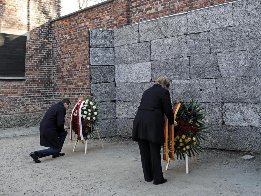Auschwitz-Birkenau, Oswiecim, Polonia. Angela Merkel e Mateusz Morawiecki (Ansa/Ap)