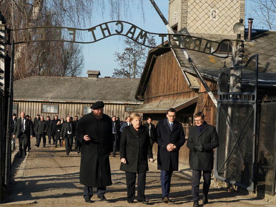 Auschwitz-Birkenau, Oswiecim, Polonia. Da sinistra, Piotr Cywinski , Angela Merkel, Mateusz Morawiecki (Afp)