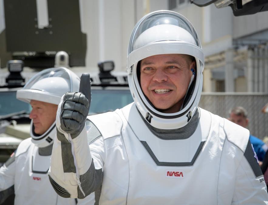 Gli astronauti della NASA Robert Behnken, in primo piano, e Douglas Hurley (NASA/Bill Ingalls/via Reuters)