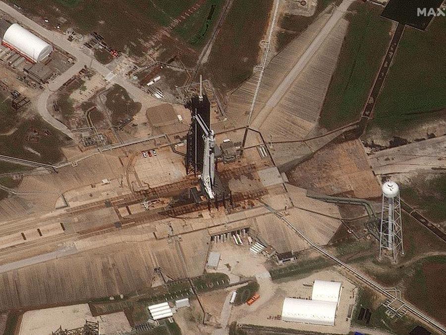 Piattaforma di lancio 39A con il razzo SpaceX Falcon 9 e veicoli spaziali Crew Dragon, con a bordo gli astronauti della NASA Douglas Hurley e Robert Behnken, nella foto prima del decollo. (Immagine satellitare © 2020 Maxar Technologies / via Reuters)
