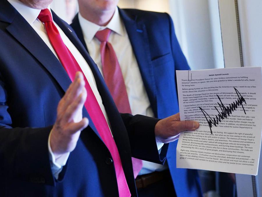 Il presidente degli Stati Uniti, Donald Trump, con  una copia autografata del suo discorso . (Photo by MANDEL NGAN / AFP)
