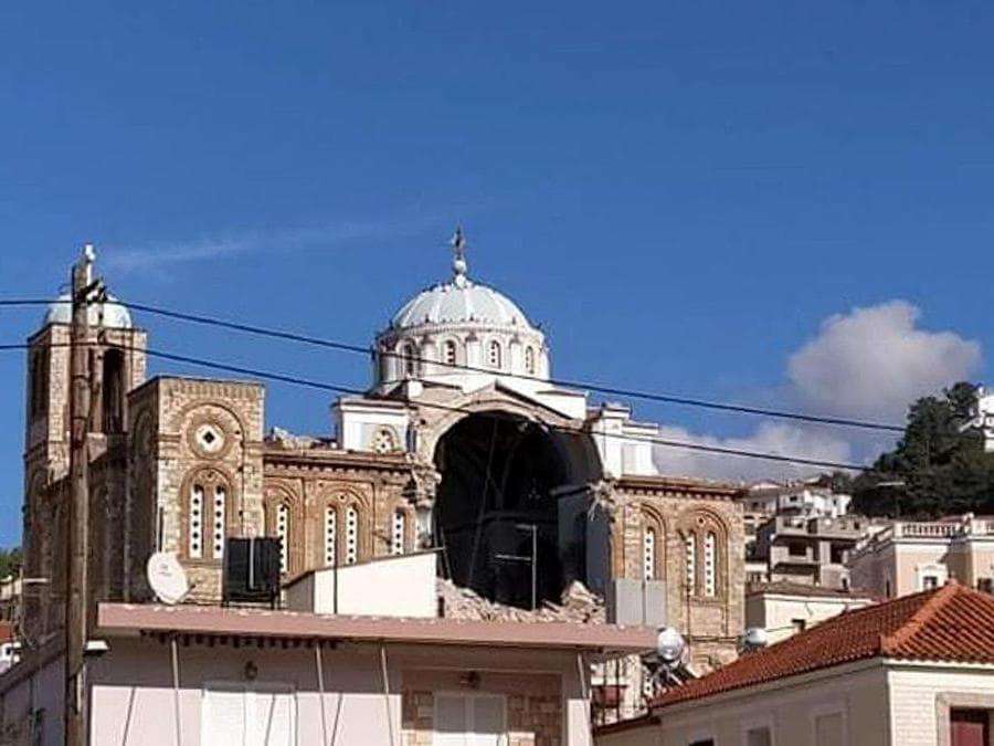 Una chiesa ortodossa daneggiata dal terremoto avvenuto di magnitudo 7 oggi 30 ottobre 2020 (Reuters)