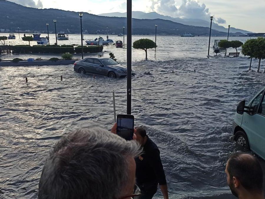 Persone su  lungomare allagato della città portuale di Vathy a seguito di un terremoto, sull'isola di Samos, Greece (Reuters)