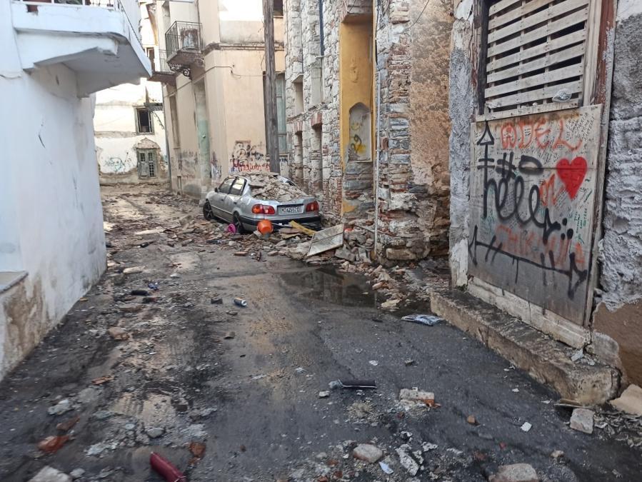 Edifici danneggiati nella città portuale di Vathy a seguito del terremoto, sull'isola di Samos, in Grecia (Reuters)