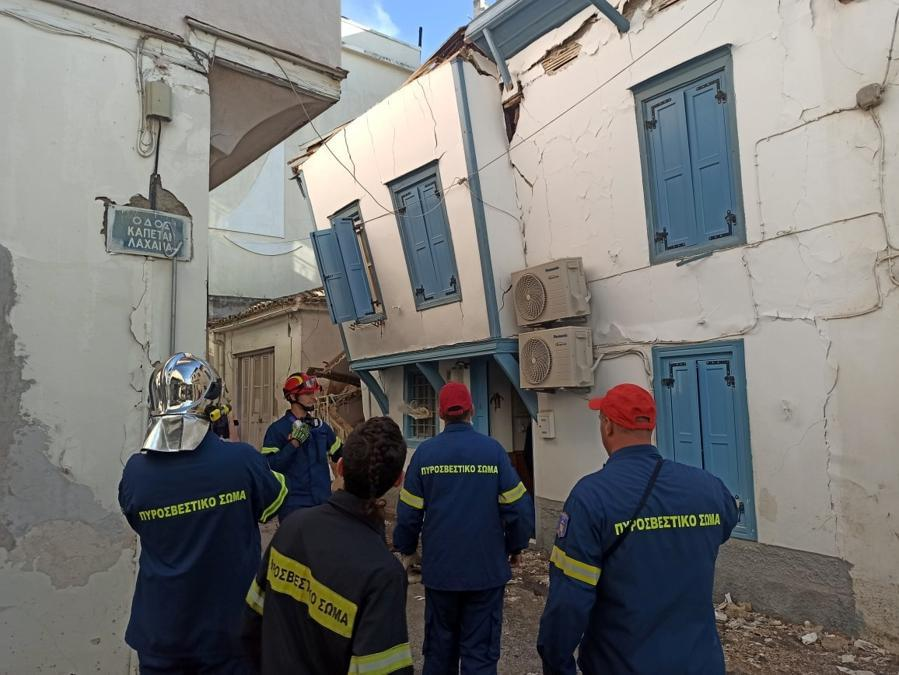 Firefighters stand next to damaged buildings at the port town of Vathy following an earthquake, on the island of Samos, Greece, October 30, 2020. Samos24.gr via REUTERS ATTENTION EDITORS - THIS IMAGE WAS PROVIDED BY A THIRD PARTY. NO RESALES. NO ARCHIVES. NO COMMERCIAL OR EDITORIAL SALES IN GREECE.