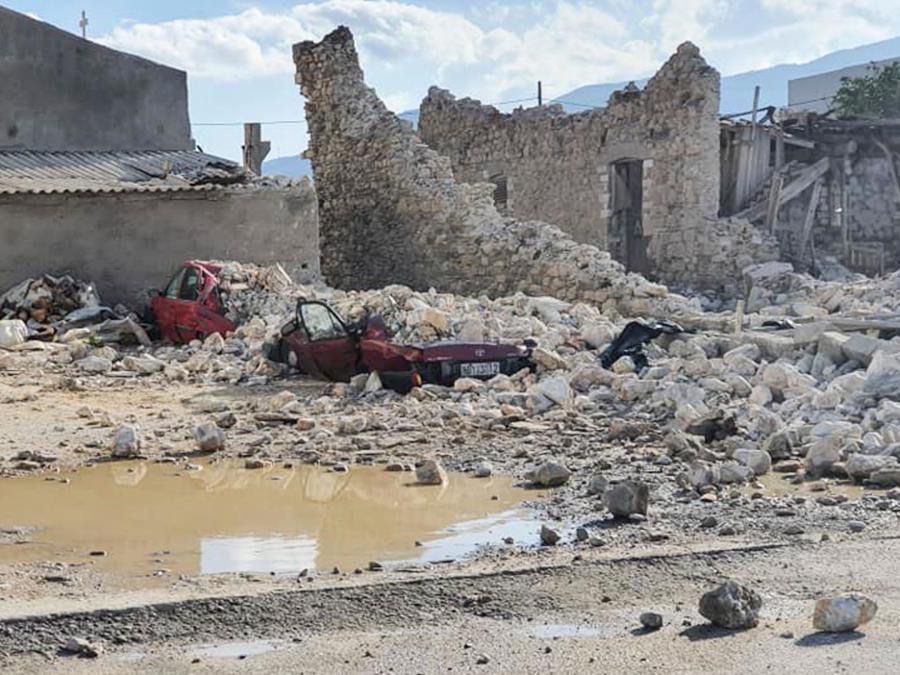 Nella foto  auto distrutte ed edifici crollati dopo il terremoto avvenuto oggi nell'isola di Samoson  - Grecia (Eurokinissi / Afp)