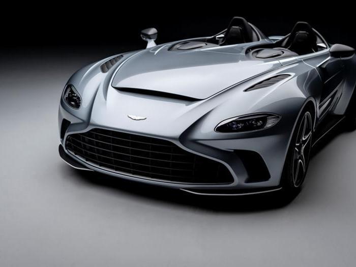 Aston Martin V12 Speedster, la supercar inglese senza tetto e parabrezza