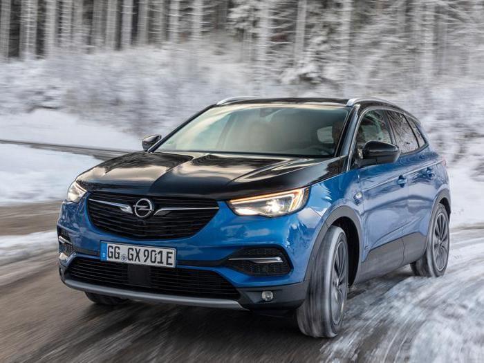Opel Grandland X Hybrid4, suv ibrido plug-in da 300 cv