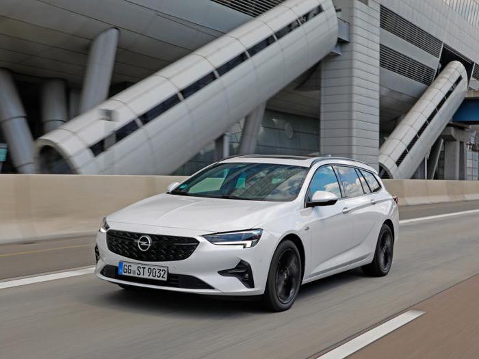Opel Insignia, le foto della serie rinnovata
