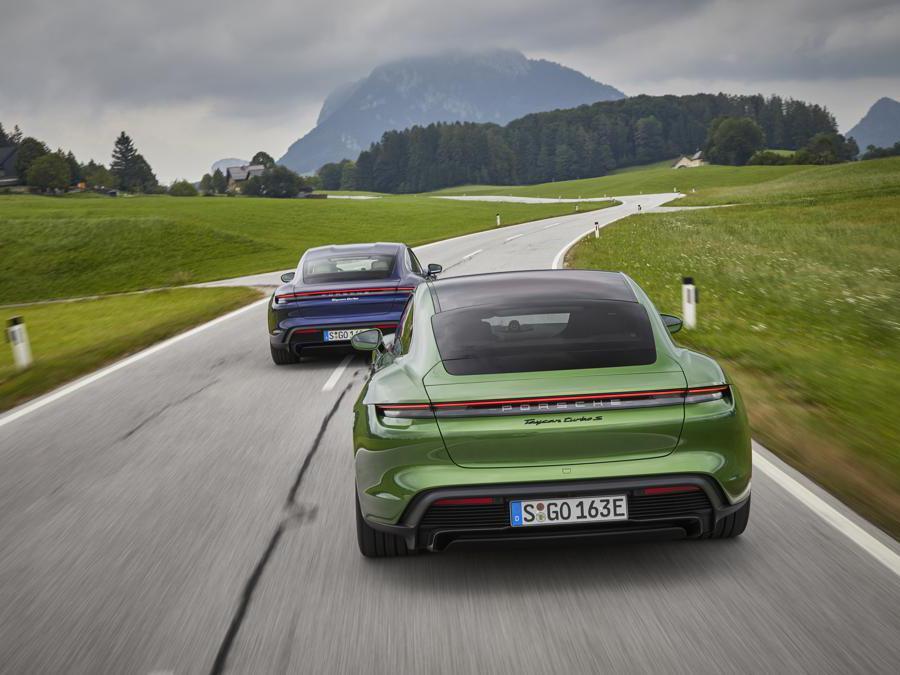 Porsche Taycan - mamba green metallic, gentian blue metallic