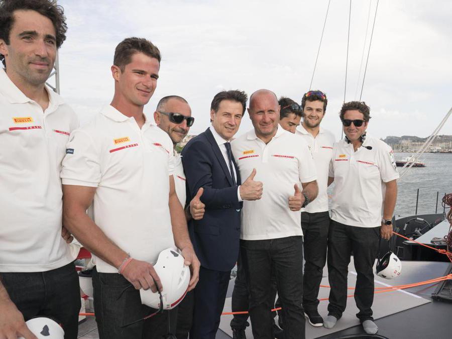 Il presidente del Consiglio Giuseppe Conte (C) con Max Sirena(4D), skipper di Luna Rossa, e alcuni membri dellìequipaggio della barca che si sta preparando per l'America's Cup di vela, Cagliari. ANSA/FILIPPO ATTILI UFFICIO STAMPA PALAZZO CHIGI