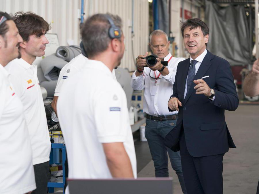Il presidente del Consiglio Giuseppe Conte(D) si intrattiene con alcuni membri dell'equipaggio di Luna Rossa in occasione della visita al quartier generale della barca che si sta preparando all'America's Cup di vela, Cagliari. ANSA/FILIPPO ATTILI UFFICIO STAMPA PALAZZO CHIGI