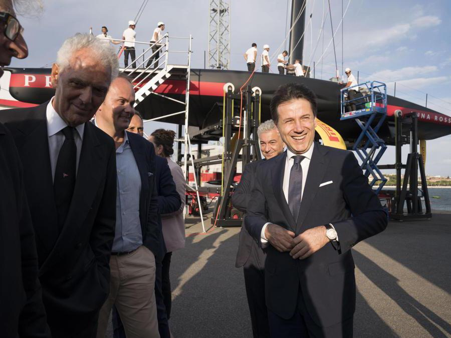 Il presidente del Consiglio Giuseppe Conte(D) in visita al quartier generale di Luna Rossa, la barca che si sta preparando per l'America's Cup di vela, Cagliari, 2 ottobre 2019. Con lui il patron di Luna Rossa Patrizio Bertelli(S) e l'amministratore delegato di Pirelli Marco Tronchetti Provera(2S). ANSA/FILIPPO ATTILI UFFICIO STAMPA PALAZZO CHIGI