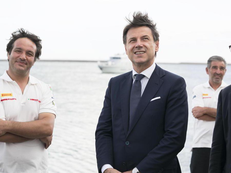 Il presidente del Consiglio Giuseppe Conte (C) in visita al quartier generale di Luna Rossa, la barca che si sta preparando per l'America's Cup di vela, Cagliari. ANSA/FILIPPO ATTILI UFFICIO STAMPA PALAZZO CHIGI