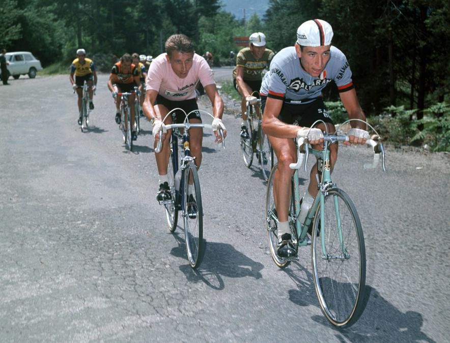 1967, Giro d'Italia.Felice Gimondie la maglia rosa Jacques Anquetil (Ipp)