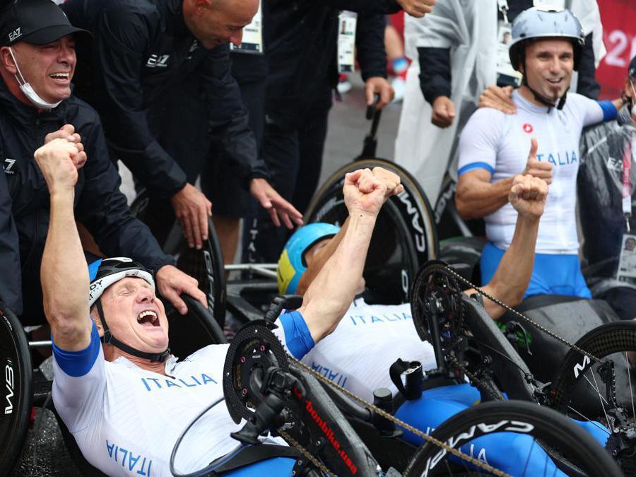 Paolo Cecchetto, Luca Mazzone e Diego Colombari dopo aver vinto la medglia d'oro nella staffetta di  handbike. (Reuters / Lisi Niesner)