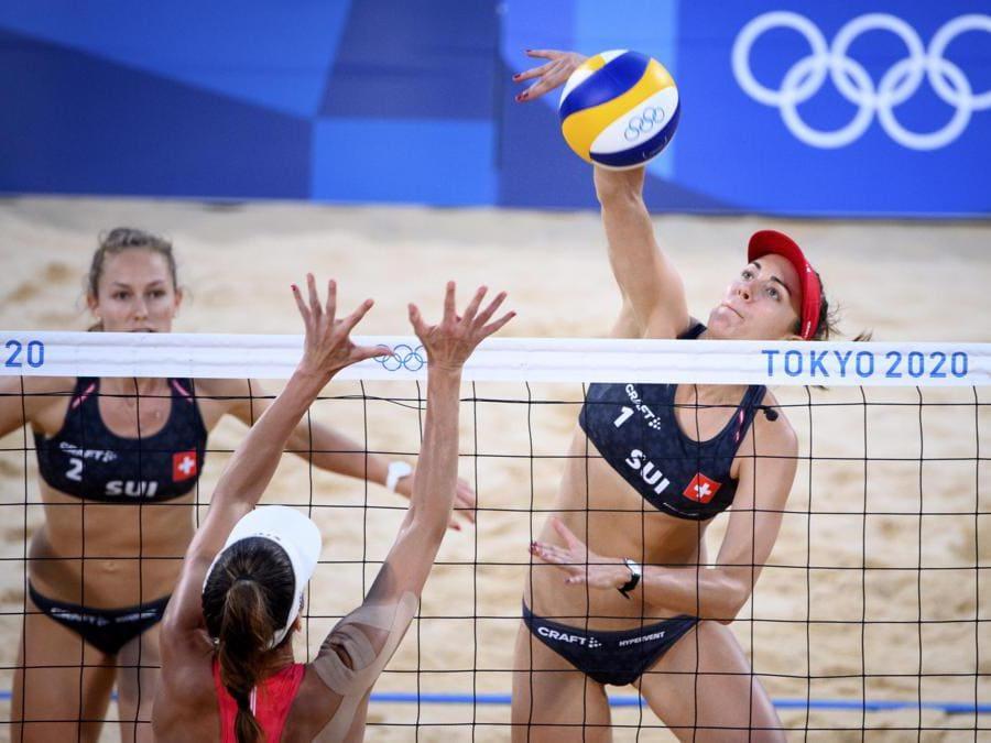 Beach volley: le svizzere Tanja Hueberli (a destra) e Nina Betschart (a sinistra) contro  la svizzera Joana Heidrich (al centro) (Epa/Laurent Gillieron)