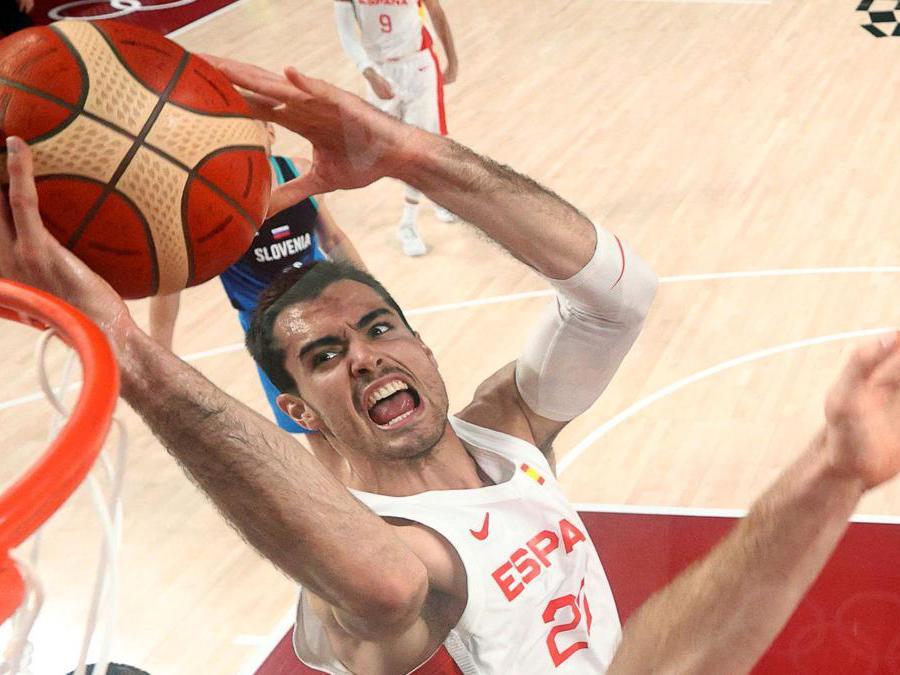 Basket maschile: Spagna contro Slovenia. Lo spagnolo  Alberto Abalde  (Reuters/Gregory Shamus)