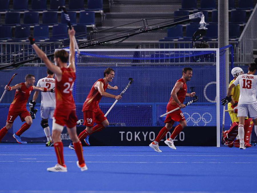 La squadra belga di hockey su prato vittoriosa sulla squadra spagnola nei quarti di finale (Epa/ Ritchie B. Tongo)