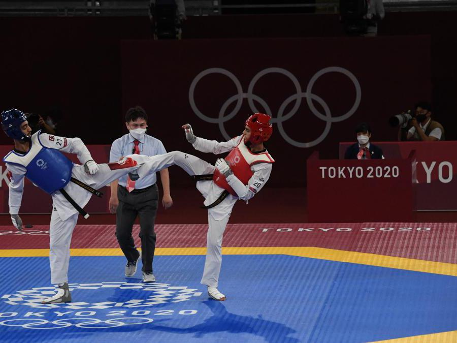 Italy's Vito Dell'Aquila (red) fights against Tunisia's Khalil Mohamed Jendoubi during their Taekwondo Men's -58kg final of the Tokyo 2020 Olympic Games at the Makuhari Messe convention centre in Chiba, Japan, 24 July 2021. ANSA / CIRO FUSCO