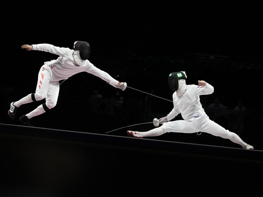Il cinese Zijie Wang a sinistra e il sudcoreano , and Song Jaeho  si giocano la medaglia di bronzo  per la spada a squadre (AP Photo/Andrew Medichini5