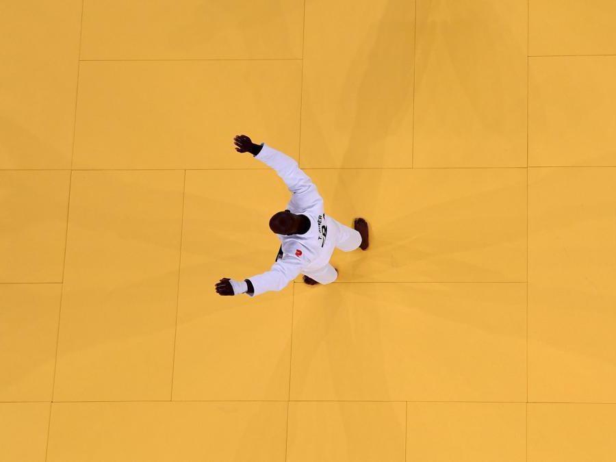 Il francese Teddy Riner festeggia dopo aver vvinto la medaglia di bronzo contro il giapponese Hisayoshi Harasawa nella cateoria +100kg(Photo by Antonin THUILLIER / AFP)