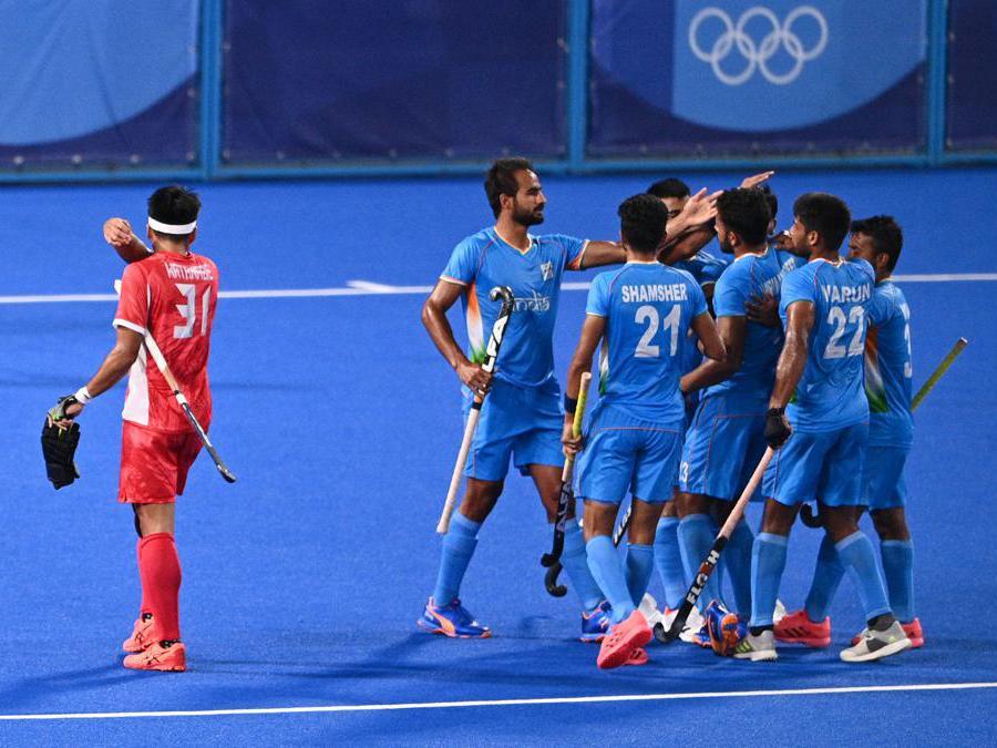 I giocatori dell' India dopo aver vinto contro i giapponesi la partita di hockey (Photo by MARTIN BUREAU / AFP)