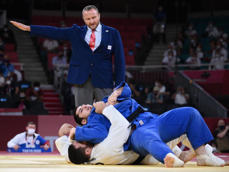 L'ucraino Yakiv Khammo (in bianco) e il russo Tamerlan Bashaevgareggiano per la medaglia di bronzo di judo nella categoria +100kgt. (Photo by Franck FIFE / AFP)