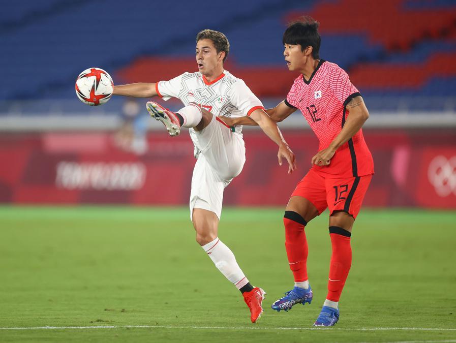 Calcio quarti di finale - Sebastian Cordova del Messico e Seol Young-woo della Core del Nord  (Reuters/Matthew Childs)
