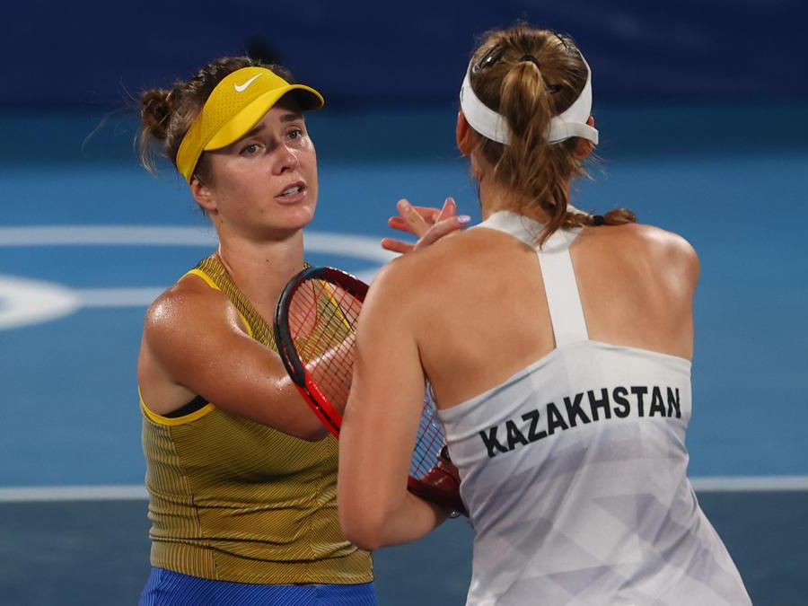 Tennis femminile - l'ucraina Elina Svitolina of Ukrainee la kazaca Elena Rybakina dopo la finale per il bronzo (Reuters/Yara Nardi)