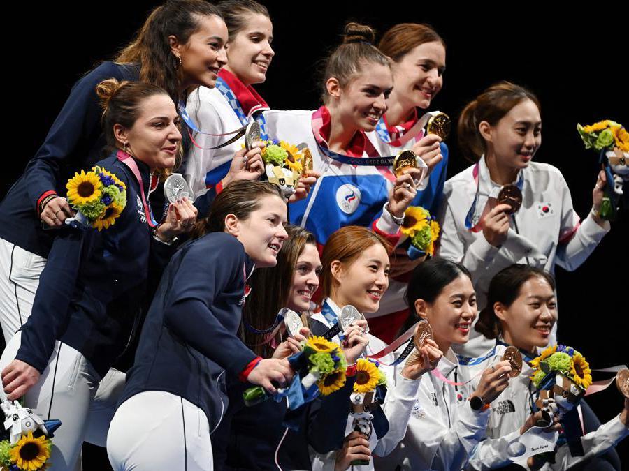 Le medaglie d'oro del team russo (al centro) le medaglie d'argento del team francese (a sinistra) e il team delle medaglie di bronzo della Corea del Sud   (Afp/Mohd Rasfan)