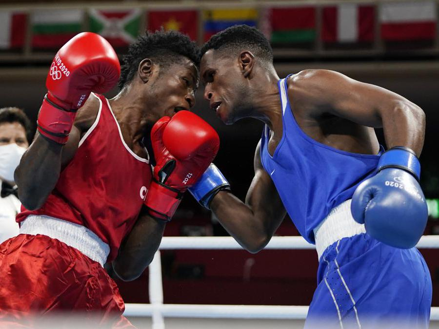 Da sinistra il camerunese Albert Mengue Ayissi, e lo svizzero Thabiso Dlamini durante un incontro per la categoria pesi Welter 69 Kg (AP Photo/Frank Franklin II, Pool)