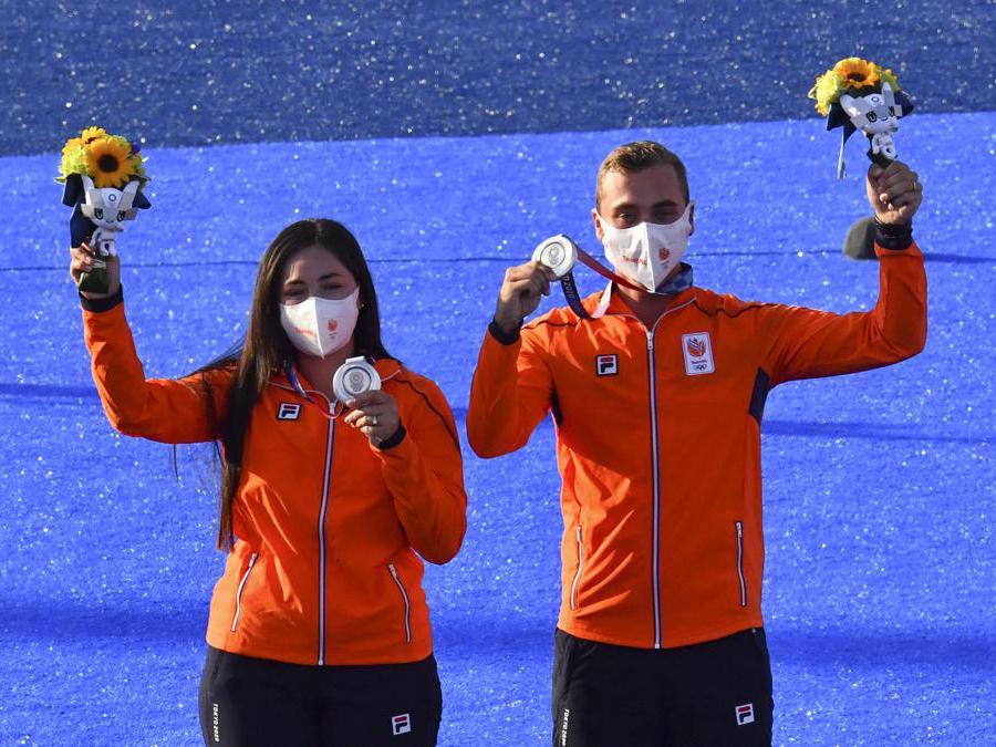 Tiro con l'arco misto, i vincitori della medaglia d'argento, gli olandesi Gabriela Schloesser e Steve Wijler (REUTERS/Clodagh Kilcoyne)