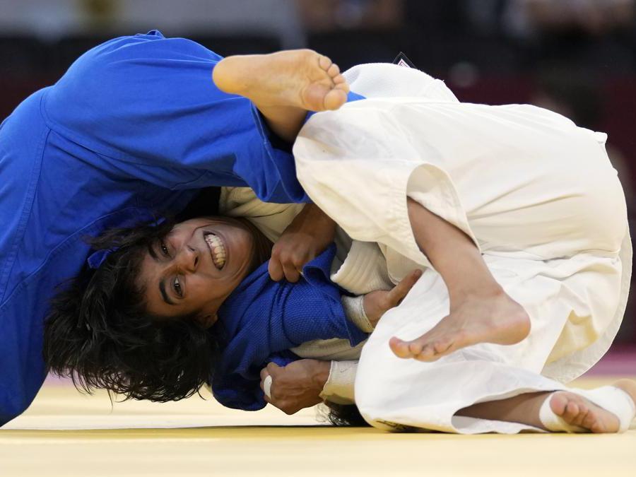 L'argentina Paula Pareto of Argentina blocca la portoghese Catarina Costa durante l'incontro di judo femminile 48 Kg  (AP Photo/Vincent Thian)