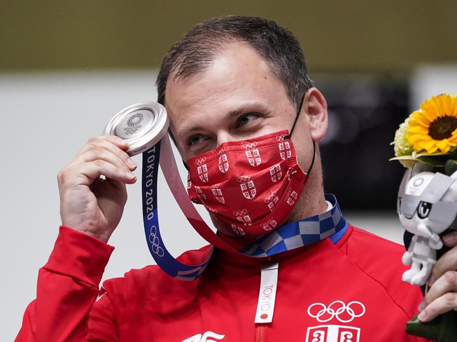 Il serbo Damir Mikec, festeggia la medaglia d'argento vinta nella finale  pistola ad aria 10 metri (AP Photo/Alex Brandon)