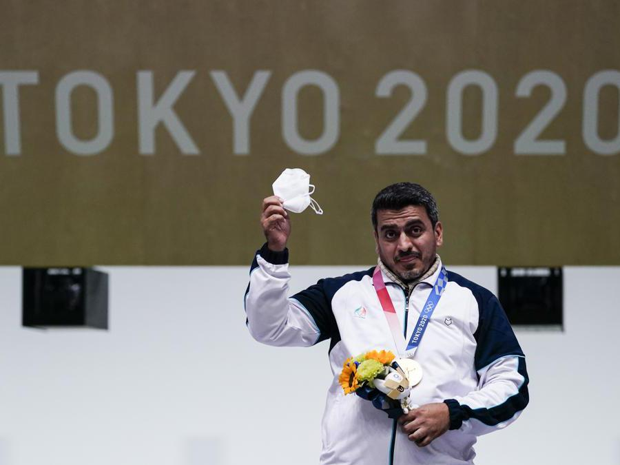 L'iraniano Javad Foroughi,  festeggia la medaglia d'oro vinta nella finale  pistola ad aria 10 metri (AP Photo/Alex Brandon)