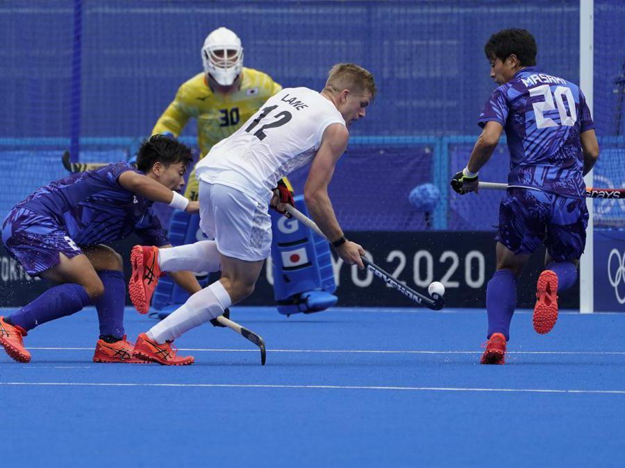 Hokey maschile: il neozelandese Sam Lane (numero 12) va a rete contro il giapponese Hirotaka Zendana, a sinistra, e Masaki Ohashi (numero 20)   (AP Photo/John Minchillo)