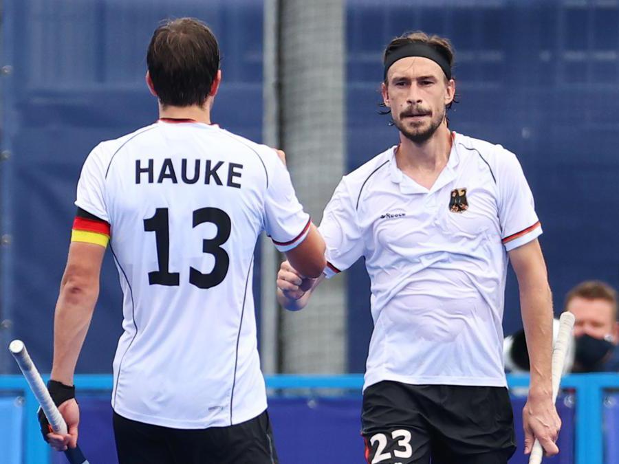 Hokey su prato - Germania/Gran Bretagna. Florian Fuchs della Germania festeggia il loro quarto gol con il compagno di squadra Tobias Hauke. (Reuters/Bernadett Szabo)