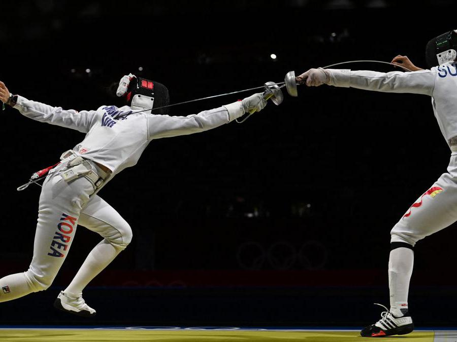 La sudcoreana  Choi Injeong (a sinsitra) contro la cinese  Sun Yiwen (Afp/Mohd Rasfan)
