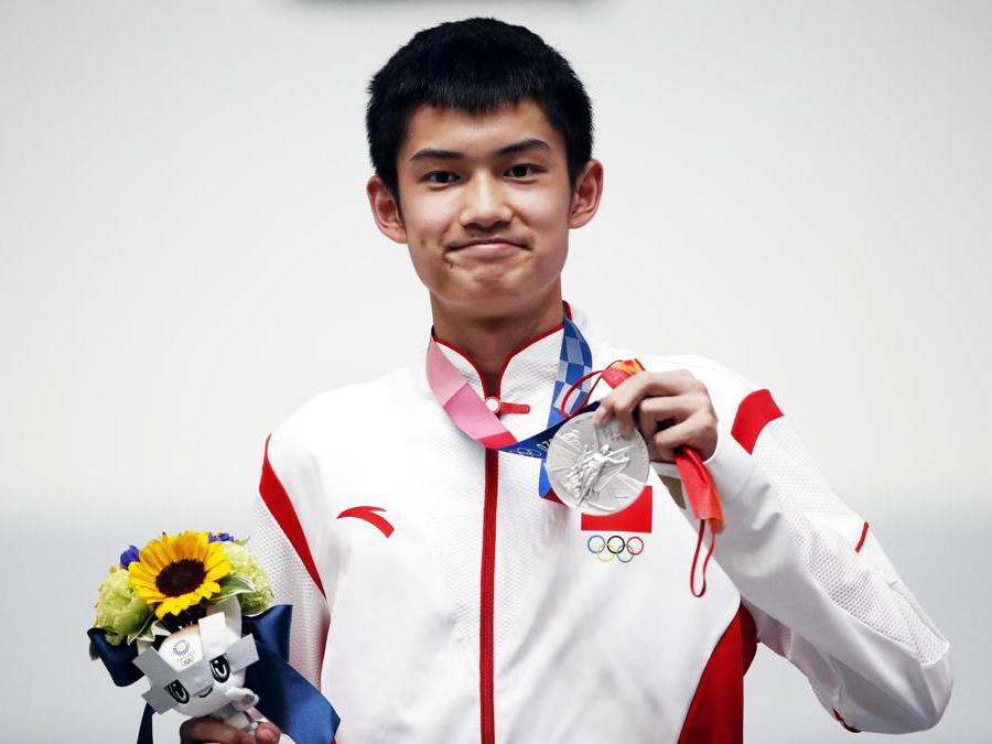 Il cinese Sheng Lihao, medaglia d'argento Fucile a 10 mt (EPA/TATYANA ZENKOVICH)