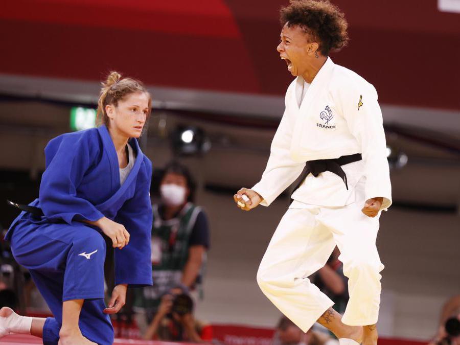 La gioia della francese Amandine Buchard (S) dopo aver sconfitto la svizzera Fabienne Kocher nella semifinale di Judo femminile 52 Kg (EPA/JEON HEON-KYUN)