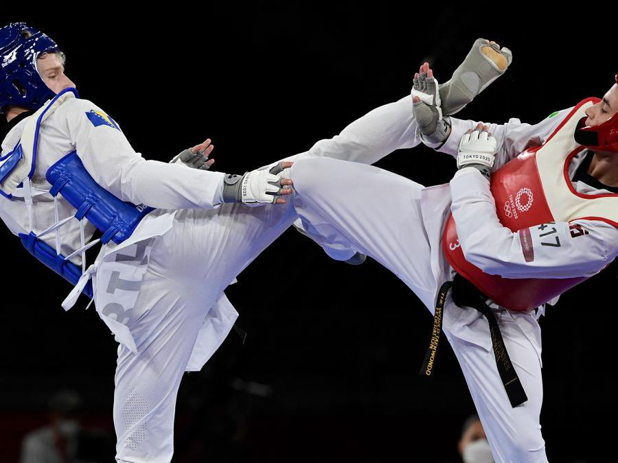 Il bosniaco Nedzad Husic e l'uzbeko  Ulugbek Rashitov nella semifinale di  taekwondo 68 Kg  (Photo by Javier SORIANO / AFP)