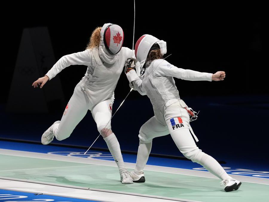 La canadese Eleanor Harvey e la francese Pauline Ranvier nell'incontro di  fioretto individuale (AP Photo/Andrew Medichini)