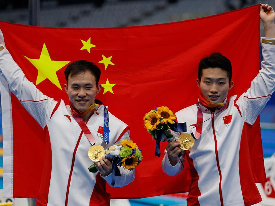 Le medaglie d'oro  Xie Siyi (a sinistra) e Wang Zongyuan dopo aver vinto la gara di tuffi sincro maschile  (Afp/Odd Andersen))