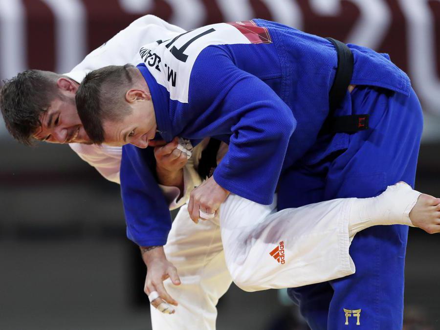 Il turco  Mihael Zgank (kimono blu) e l'olandese Noel van Tend (kimono white)  (Epa/Kiyoshi Ota)