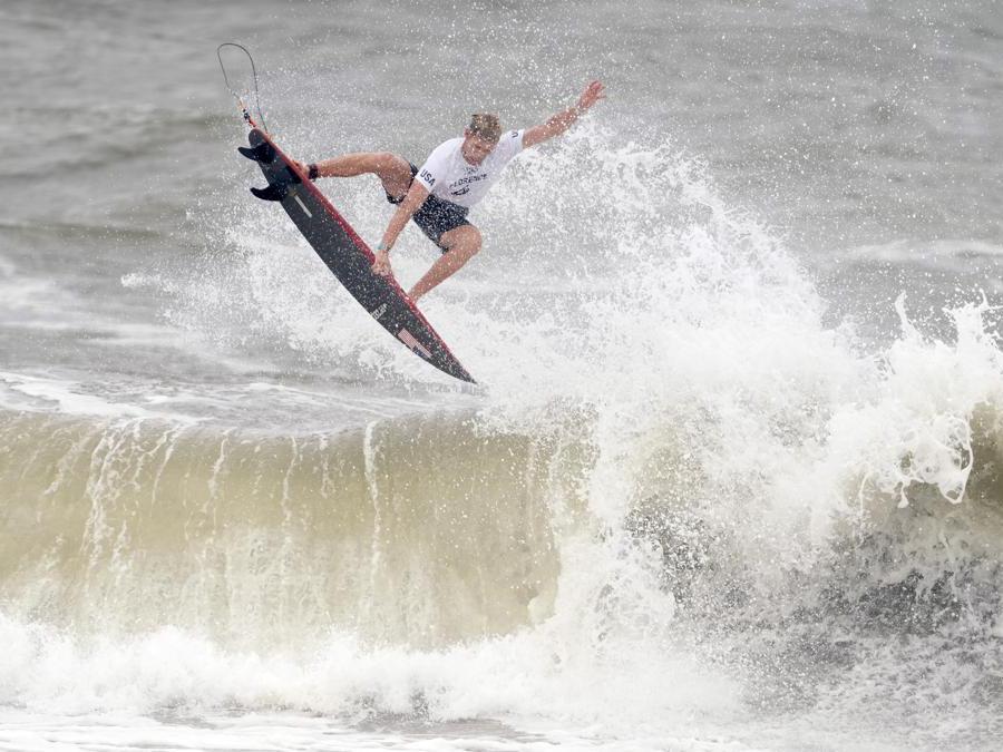 JJohn Florence, degli Stati Uniti, durante il terzo round della competizione di surf maschile alle Olimpiadi del 2020, sulla spiaggia di Tsurigasaki a Ichinomiya, in Giappone. (AP Photo/Francisco Seco)