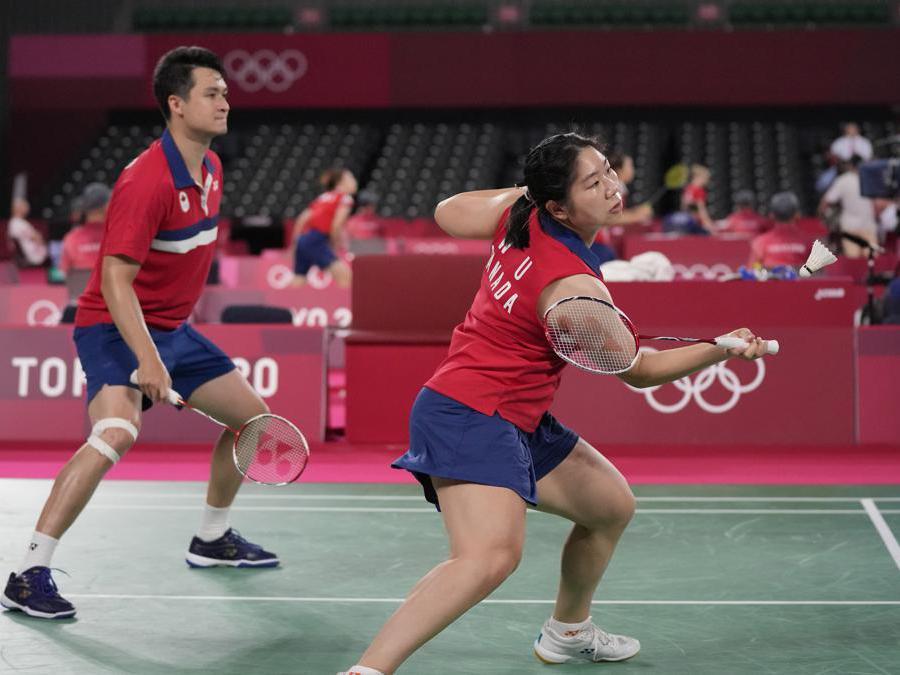 I canadesi Joshua Hurlburt-Yu e Josephine Wu  contro Thom Gicquel e Delphine Delerue della Francia durante la loro partita della fase a gironi di doppio misto  (AP Photo/Dita Alangkara)