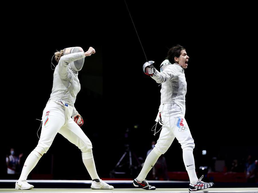 Scherma - sciabola individuale femminile. Olga Nikitina del Comitato Olimpico Russo e Anna Bashta dell'Azerbaigian a fine gara (Reuters/Molly Darlington)