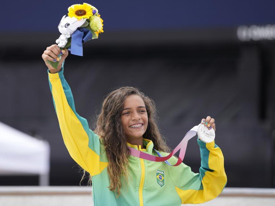 La vincitrice della medaglia d'argento Rayssa Leal del Brasile dopo le finali di street skateboard femminile  (AP Photo/Ben Curtis)